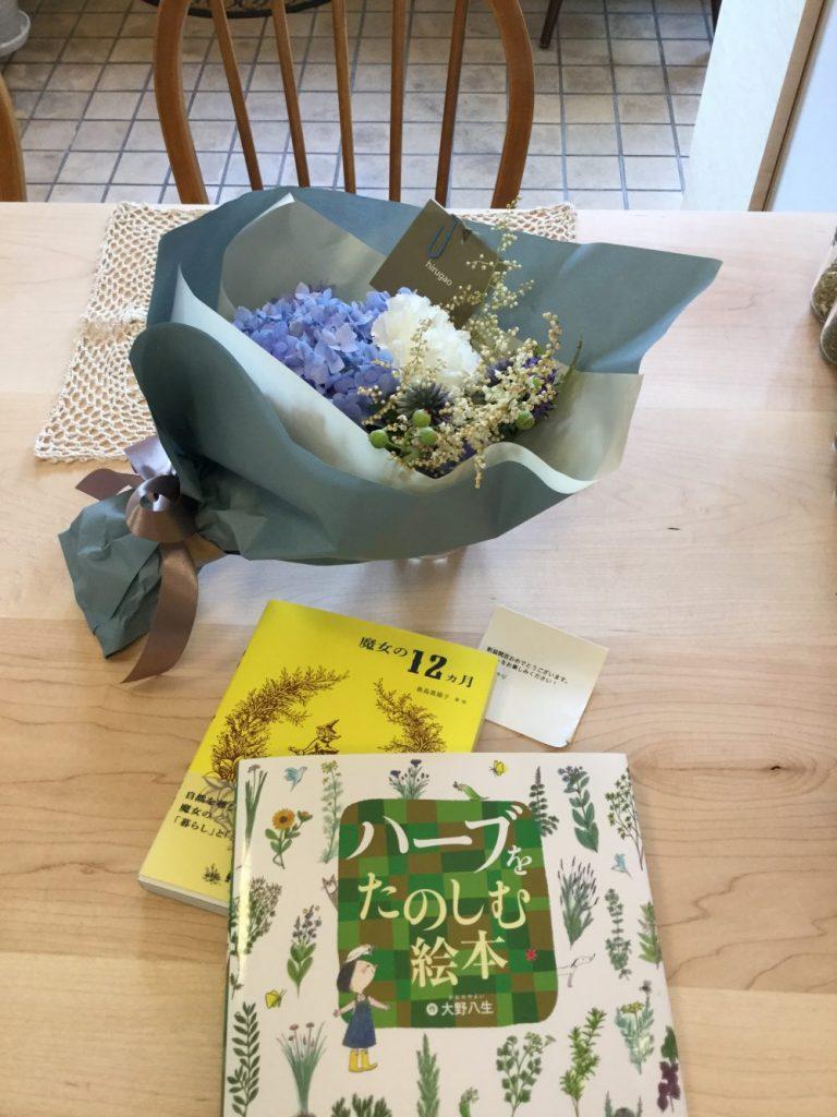 開店祝いのお品 花束。ご本。。